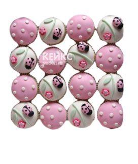 Бело-розовые капкейки с божьими коровками для девочки в детский сад