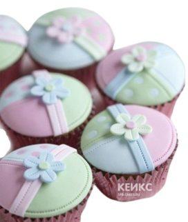 Капкейки девочке розово-зеленые с цветком