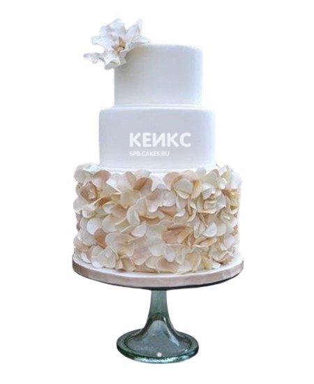 Трехъярусный свадебный торт с бежевыми цветами