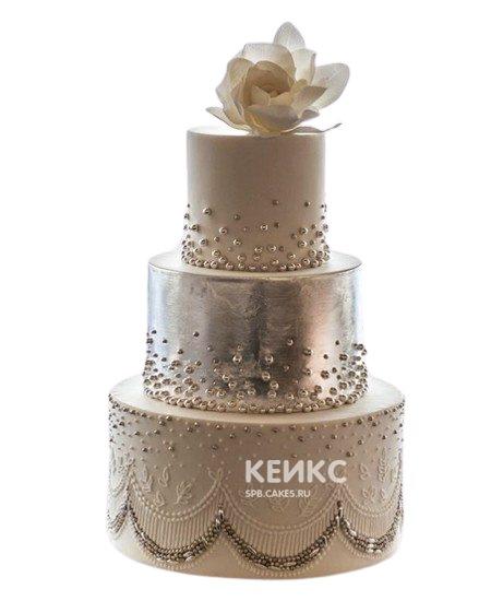 Бежевый свадебный торт с узорами и цветком