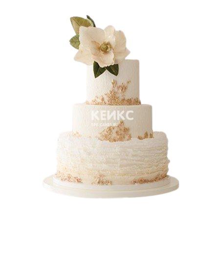 Трехъярусный бежевый свадебный торт с цветком