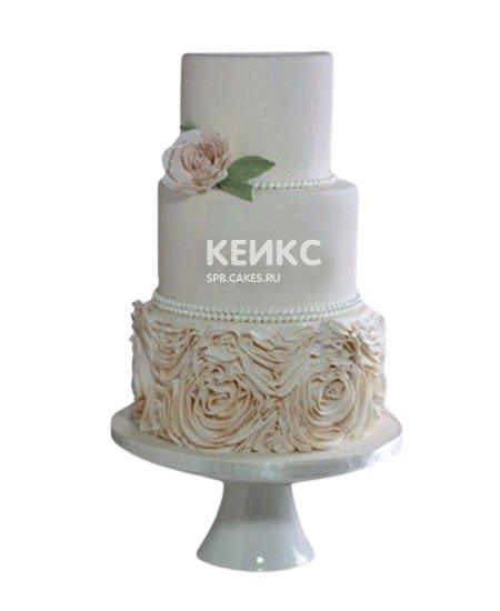 Трехъярусный бежевый свадебный торт с кружевом