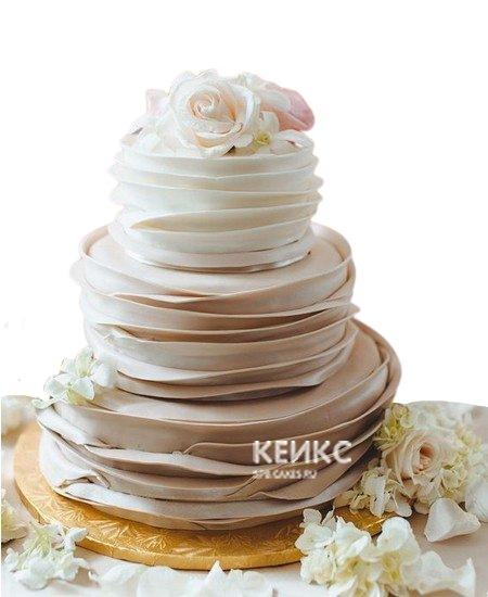 Бежевый свадебный торт с рюшами и эффектом омбре