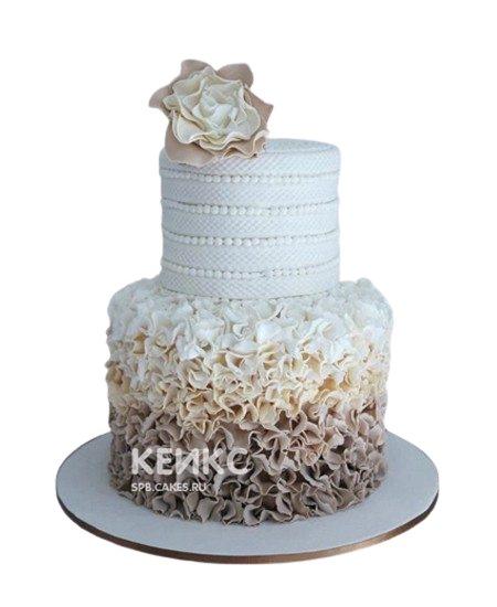Бежевый свадебный торт с цветком и кружевами
