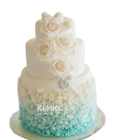 Свадебный торт в бирюзовом цвете с белыми цветами