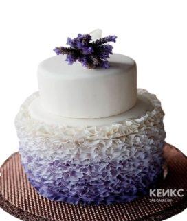 Фиолетовый свадебный торт с рюшами и живыми цветами