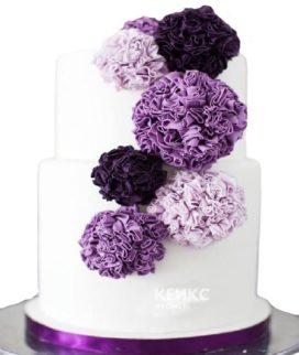Свадебный торт в фиолетовых тонах с цветами
