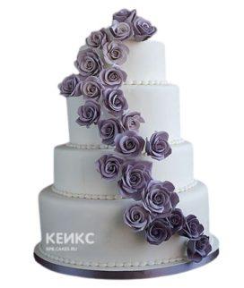 Четырехъярусный свадебный торт с фиолетовыми цветами