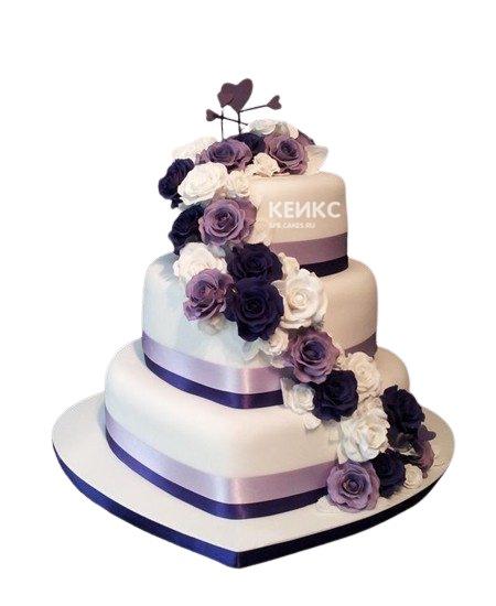 Свадебный торт в фиолетовых тонах с цветами и сердцами