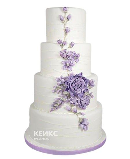 Высокий белый свадебный торт с фиолетовыми цветами