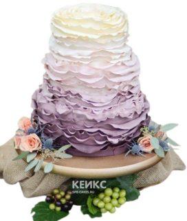 Шикарный фиолетовый свадебный торт с рюшами и цветочной композицией