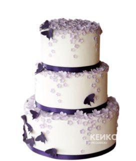 Трехъярусный свадебный торт в фиолетовых тонах с цветами и бабочками