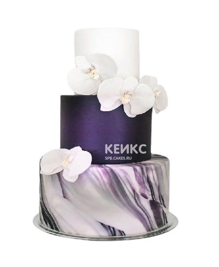 Свадебный торт в фиолетовом цвете с белыми орхидеями
