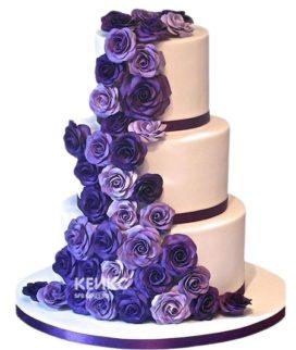 Свадебный торт с большим количеством фиолетовых цветов
