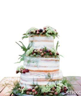 Трехъярусный голый свадебный торт с цветами и ягодами