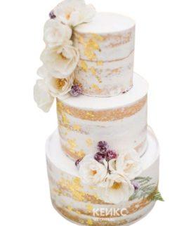 Голый свадебный торт с сусальным золотом и цветами