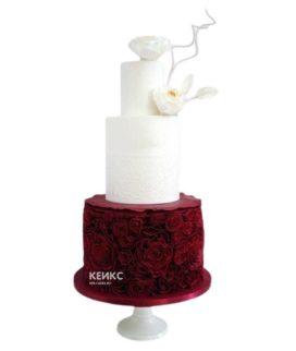 Бело-бордовый эксклюзивный свадебный торт с белыми цветами