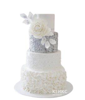 Эксклюзивный серебристо-белый свадебный торт с цветком
