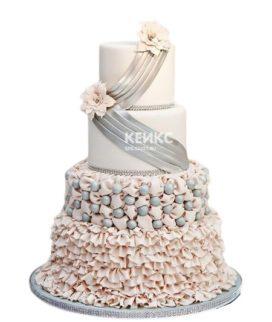 Эксклюзивный серо-розовый свадебный торт с рюшами и цветами