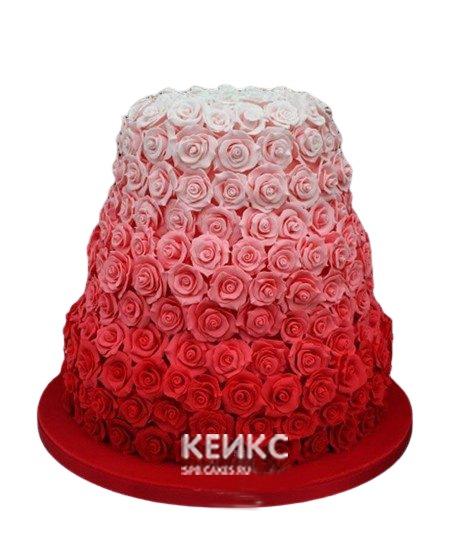 Красно-белый свадебный торт с кремовыми цветами