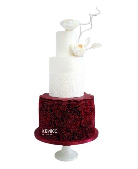 Красно-белый свадебный торт с белыми цветами