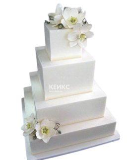 Высокий квадратный свадебный торт с белыми нарциссами
