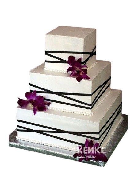 Квадратный свадебный торт с черной ленточкой и цветами