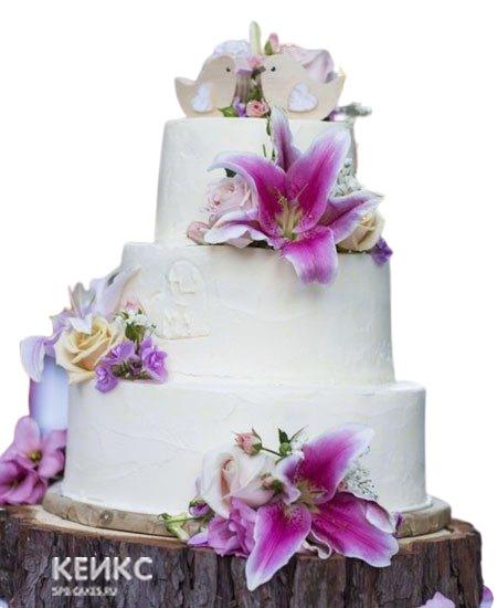 Трехъярусный белый свадебный торт с лилиями