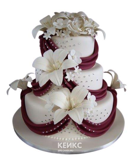 Свадебный торт украшенный лилиями