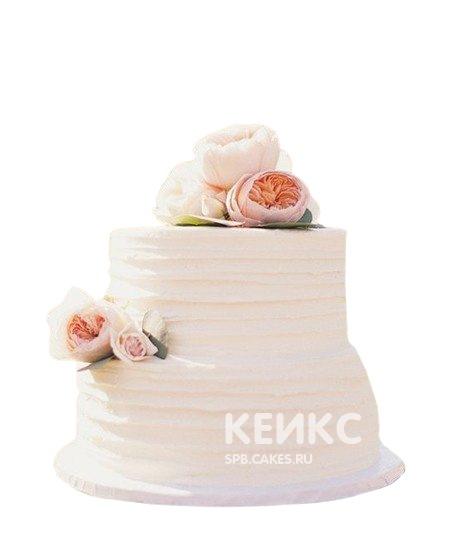 Двухъярусный белый маленький свадебный торт с цветами