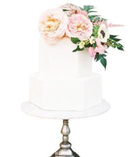 Белый двухъярусный маленький свадебный торт с цветами