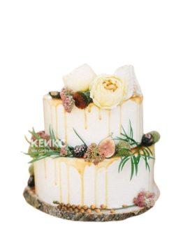 Маленький свадебный торт декорирован живыми пионами и инжиром