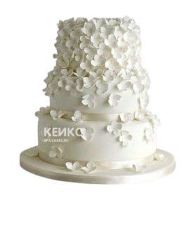Белый воздушный маленький свадебный торт с цветами