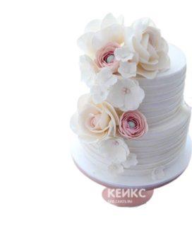 Белый маленький свадебный торт с пышным букетом цветов
