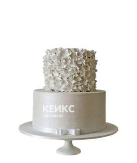 Белый маленький свадебный торт с цветами и бантиком
