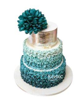Бирюзовый маленький свадебный торт с золотым ярусом и большим цветком