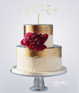 Бело-золотой маленький свадебный торт с бордовым пионом