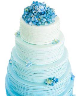 Голубой свадебный торт омбре с васильками