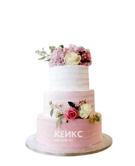 Розовый свадебный торт омбре с живыми цветами