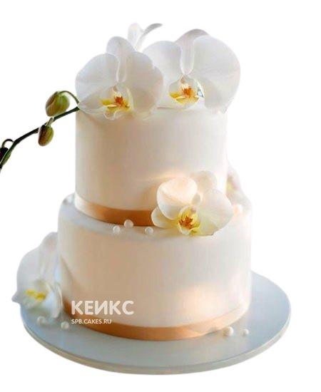 Белый свадебный торт с золотыми лентами и орхидеями
