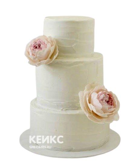 Белый трехъярусный свадебный торт Пионы