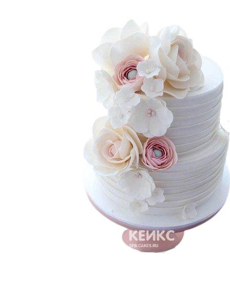Белый свадебный торт украшенный букетом пионов