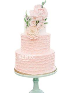 Нежно-розовый свадебный торт с рюшами и большими цветами