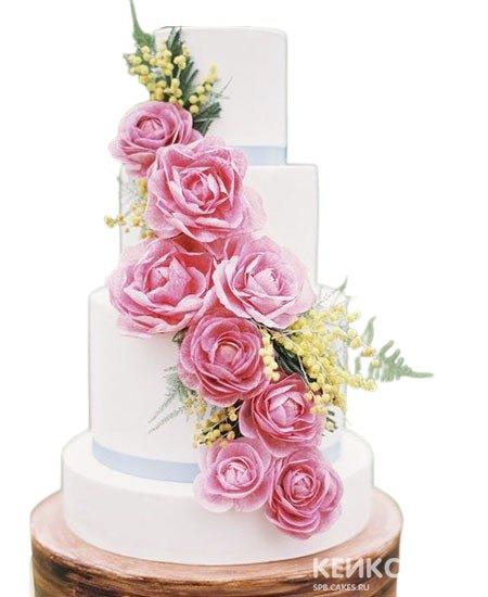 Нежно-розовый свадебный торт украшенный розами и мимозой