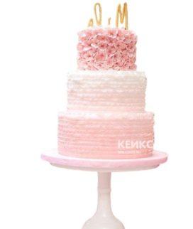Трехъярусный розовый свадебный торт с оборками и инициалами