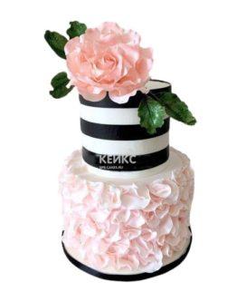 Розовый свадебный торт в полоску с цветком