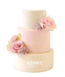 Нежно-розовый свадебный торт с цветами