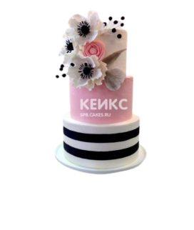 Свадебный розовый торт с черно-белыми полосами и цветами