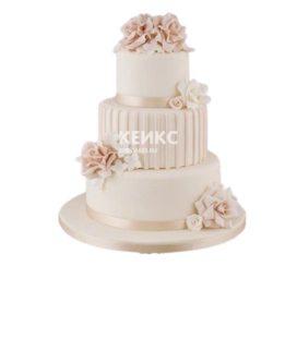 Нежный полосатый свадебный торт в розовых тонах