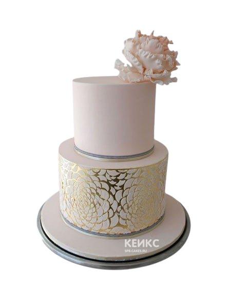 Сверкающий свадебный торт в розовых тонах с узором и цветком